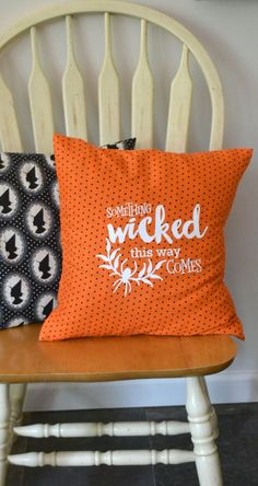Easy envelope pillow tutorial for Halloween. Add heat transfer vinyl design - cut file is included. Something WICKED! #30craftydaysofhalloween @vanes