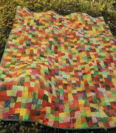 Tämä peitto on saanut värityksen syksyn lehdistä 🍁🍂🌿🍁 vihdoin valmis 😅 #quilting #autumnleaves #autumncolors #tilkkutäkki #ompelu…