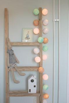 Ladder met lightballs op babykamer