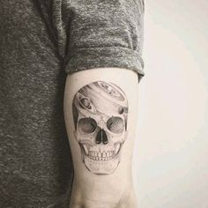 erkek arka kol kuru kafa dövmesi man arm back skull tattoo, idée tatouage homme, Tattoos Arm Mann, Head Tattoos, Skull Tattoos, Sleeve Tattoos, Ankle Tattoos, Back Of Arm Tattoo, Upper Arm Tattoos, Arm Tattoos For Guys, Outdoor Tattoo