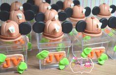 Caixinhas em acrilico 5x5 com a inicial do aniversariante no tema Safari com aplique do chapéu do michey ou minnie,  Pedido minimo de 10 lembrancinhas  Prazo para produção depende do pedido e da agenda, consulte!  Fazemos em outros temas e cores.  Estamos à disposição