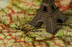 Paris, the City of Lights, is a dream trip for Americans. We gathered 40 things to know before visiting Paris. Everything to know for a first time to Paris. Restaurants In Paris, Best Vacation Destinations, Best Vacations, Vacation Checklist, Vacation Ideas, Hostel Em Paris, Useful French Phrases, Visa Schengen, Rio De Janeiro