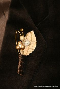 Guitar String Boutonniere  Metallic Gold di SurroundingsOnline, $19.95