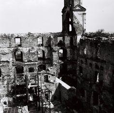 Ešte v roku 1960 to stále bola ruina Bratislavského hradu Bratislava, Tower Bridge, Louvre, Building, Travel, Ruins, Viajes, Buildings, Destinations