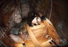 英領ジブラルタルのゴーラム洞窟(Gorham's Cave)で行われるネアンデルタール人が約4万年前に残した「痕跡」の研究(2014年9月2日提供)。(c)AFP/HO/Stewart Finlayson ▼3Sep2014AFP|ネアンデルタール人にも「抽象的思考」、研究 http://www.afpbb.com/articles/-/3024804