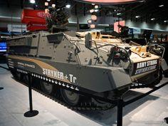 ストライカー+Trとは米国のGDLS社で開発されているAPC(装甲兵員輸送車)。M1126ストライカーの装軌バージョンでM113 APCファミリーの置換えを目的とする。遠隔操作可能な12.7mm機関銃などを搭載可能。重量は38t。