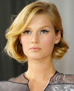 13 Delikate Short Wavy Frisyrer for 2018 Short Curls, Short Wavy Hair, Short Hair Styles, My Hairstyle, Pretty Hairstyles, Bob Hairstyles, Hairstyle Ideas, Twisted Hair, Dior Beauty