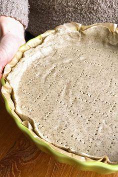 Pâte à tarte brisée sans gluten et sans beurre: 150 g de farine de riz, 100g de farine de sarrasin, 1 pincée de sel, 5 c. à soupe d'huile d'olive, 1 œuf, 8 cl (ou 80 g) d'eau.