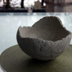 Love the idea of doing a raw concrete bowl somewhere. This would be beautiful for the airplants idea! Concrete Bowl, Concrete Art, Concrete Garden, Concrete Crafts, Concrete Projects, Diy Projects, Cement Art, Cement Planters, Beton Design