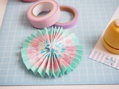 Diy rosette in paper and washi tape Ribbon Box, Diy And Crafts, Paper Crafts, Rosettes, Washi Tape, Paper Goods, Handicraft, Quilling, Paper Art