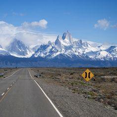 Ruta 40 (Argentina). En paralelo a la cordillera de los Andes, la Ruta 40 cruza Argentina de sur a norte, desde Cabo Vírgenes, en la Patagonia, hasta la ciudad de La Quiaca, en la frontera boliviana. En total son 5.359 kilómetros de carretera que atraviesa 20 parques nacionales, 18 grandes ríos y 27 pasos andinos, con Abra de Acai, su punto más alto, a casi cinco mil metros, en una sucesión de parajes de gran belleza natural. Convertida en un reclamo turístico, la vía más larga de Argentina…