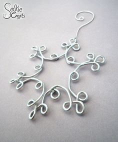 Original DIY Weihnachtsschmuck und Dekoration aus dünnem Draht H eute I found interesting, original, concrete ideas for DIY Christmas decorations and thin wire decorations that. Diy Christmas Snowflakes, Snowflake Decorations, Christmas Ornaments To Make, Handmade Christmas, Christmas Crafts, Xmas, Christmas Tree, Blue Christmas, Diy Christmas Jewelry