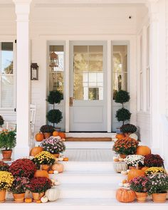Farmhouse Fall Front Porch Ideas - My Cozy Colorado the best and most beautiful farmhouse fall front porch ideas and inspirations that will give your beautiful home a charming seasonal farmhouse vibe Fall Home Decor, Autumn Home, Seasonal Decor, Holiday Decor, Autumn Decorations, House Decorations, Style Me Pretty Living, Up House, Porch Decorating