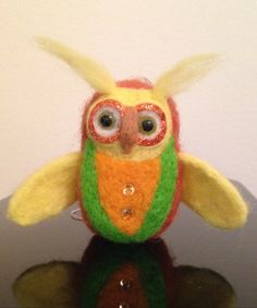 Shiny owl, needle felting , merino wool, hand made.