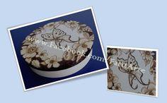Caixa redonda pirogravada manualmente com motivo floral e uma borboleta