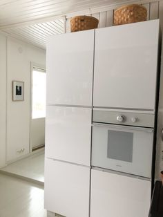 Kvik Mano, Integrated refrigerator, Wooden basket ideas, White kitchen ideas, Integroitu jääkaappi, valkoinen keittiö