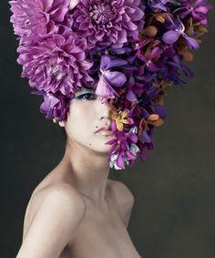 Botanical Headdresses by Takaya L'artiste japonais Takaya orne la tête de ses modèles de sculptures végétales composées de fleurs en pleine éclosion, de pétales fanés, de plantes et d'oiseaux empaillés. Très coloré, son travail crée une atmosphère onirique et extra-ordinaire aux influences très variées. À découvrir dans la galerie.