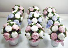 Vaso de cerâmica com 10 mini rosas de sabonete. Otima opção para 15 anos, maternidade, casamento,chá de bebê. Minimo:10 unidades