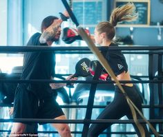 Bella Hadid flaunts her model figure as she joins sister Gigi for boxing workout after ex The Weeknd hooks up with Selena Gomez Badass Aesthetic, Aesthetic Girl, Boxe Fitness, Kick Boxing Girl, Style Sportif, Gigi Hadid Outfits, Modelos Fitness, Spring Into Action, Kickboxing Workout