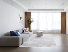 심플함 속 디테일의 변주가 돋보이는 곳 : 네이버 포스트 Floor Chair, Divider, Flooring, Interior, Room, Furniture, Home Decor, Bedroom, Decoration Home