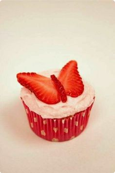 Strawberry Butterfly - great idea for my niece's birthday cupcakes Cupcake Recipes, Cupcake Cakes, Dessert Recipes, Oreo Cupcakes, Lemon Cupcakes, Cup Cakes, Themed Cupcakes, Cupcake Ideas, Just Desserts