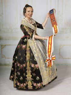 Mediterranean People, Sari, Regional, Clothes, Dresses, Phone, Fashion, Victorian Dresses, Pattern Cutting