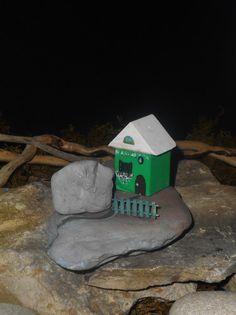 casetta verde su pietra di fiume