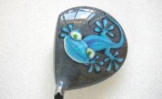 peinture sur tête de driver, motif gekko sur pierre