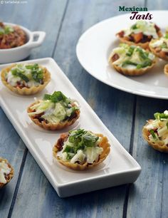 Mexican Tarts with Refried Beans and Sour Cream recipe, Mexican Recipes – Fishsea Food Vegetarian Mexican Appetizers, Vegetarian Recipes, Veg Appetizers, Keto Recipes, Canapes Recipes, Tart Recipes, Dessert Recipes, Indian Snacks, Mexican Food Recipes