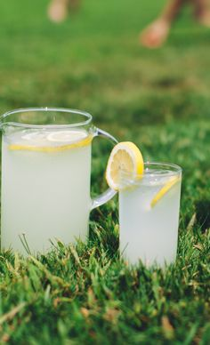 Cool off with Bacardí Limonade. A few simple ingredients are needed: Bacardí Limón rum, lemonade, lemon concentrate and lime. Garnish with lemon and enjoy! (sp)