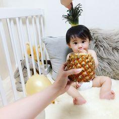最近、ママたちの間で話題の「ベビフルーツ」。赤ちゃんとフルーツを重ね合わせて撮る写真なのですが、これがとにかくかわいい!今回はそんなキュートなベビフルーツの数々をご紹介。小さなお子さまがいる方は、思わず撮りたくなってしまうこと間違いなし! (2ページ目) Newborn Baby Photography, Newborn Photos, Sleeping Baby Pics, Cute Kids, Cute Babies, Rabbit Photos, Monthly Baby Photos, 3rd Baby, Baby Girl Fashion