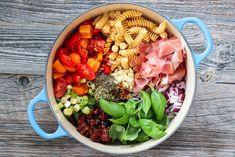 KREMET ONE POT-PASTA MED SPEKESKINKE | TRINES MATBLOGG One Pot Pasta, Parmesan, Cobb Salad, Recipes, Food, Meals, Yemek, Recipies, Eten