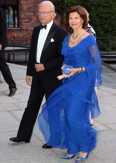 King Carl XVI Gustaf handed out during Thursday 2013 Stockholm Water Prize, Queen Silvia was also there in an elegant blue