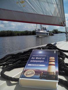 Der Inselkrimi stilecht inszeniert – mit Segelboot und Wasser. Von S. Temminghoff