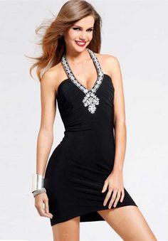 Pequeños vestidos negros cortos que te encantarán !