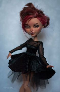 *ARTIST UNKNOWN* It's amazing to see how much detail and beauty can be added to something as simple as a doll Monster High Clothes, Custom Monster High Dolls, Monster High Repaint, Custom Dolls, Ooak Dolls, Art Dolls, Monster High Kleidung, Ever After Dolls, Doll Painting