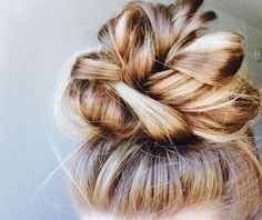 Hair Care + Styling Inspiration 5 step messy top knot invitation so that guests can confirm their pr Messy Bun Hairstyles, Pretty Hairstyles, Knot Hairstyles, Wedding Hairstyles, Fashion Hairstyles, Simple Hairstyles, Top Not Hairstyle, Date Night Hairstyles, Long Hair Curled Hairstyles