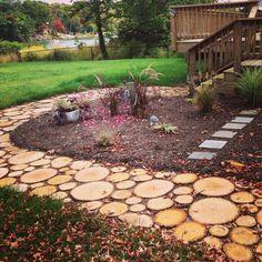 Ahşap yürüyüş yolu bahçenize rustik bir hava katacaktır. Bahçe dekorasyonu için harika bir fikir ve harika bir seçenek olacaktır.