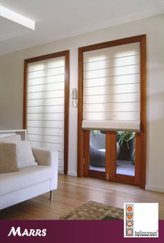Roman blinds, cute look! Roller Cortinas, Cortinas Screen, Blinds And Curtains Living Room, Blinds Inspiration, Modern Window Treatments, New Home Wishes, Diy Shutters, Pergola With Roof, Pergola Kits