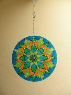 Mandala SAÚDE  Mandala feita em vidro, com técnica de pintura vitral;