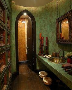 クラシックなモロッカンスタイルの洗面室です。壁の味のある質感やミラーのフレームや棚の複雑な装飾が雰囲気を高めています。