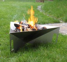 """Design Edelstahl Feuerschale Feuerstelle """"Triangle"""" - In der Mitte der Feuerschale ist eine Ablauföffnung vorhanden. So kann die Feuerschale auch bei Regen im Garten stehen bleiben.  Die 3 eingearbeiteten Griffmulden sind so berechnet und ausgelegt, dass sie möglichst schnell abkühlen. Das ermöglicht ein einfaches und sicheres Transportieren bzw. Umstellen. Die Feuerschale kann in der Übergangszeit als Pflanzenschale verwendet werden und demontiert extrem platzsparend gelagert werden."""