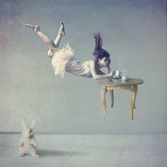 Com atmosferas oníricas e lúdicas Anka Zhuravleva expressa sua arte singular de formas variadas como desenhos, pinturas e fotografias monocromáticas, em preto e branco ou com a gravidade distorcida. Deslumbrante trabalho desta russa incrível!