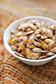 Toasted Pumpkin Seeds are a quick and healthy snack. Plus, now that it's fall, there is an abundance of pumpkins lying around! I LOVE toasted pumpkin seeds :D Fall Recipes, Snack Recipes, Cooking Recipes, Holiday Recipes, Cooking Tips, Fingers Food, Study Snacks, Toasted Pumpkin Seeds, Pumkin Seeds