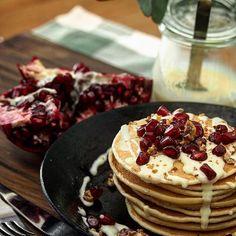 Pomegranate pancakes♡ おひるおやつ?にザクロとバニラミルクソースのまたまたパンケーキです。 果物屋さんでザクロみっけて懐かしさにかられて即買い♡小さい頃庭の木になったザクロ食べるの大好きだったなぁ❤️種無しザクロがあるなんて知らなかった 寒い日が続いますね こう寒いとさ、の為のお散歩も運動もする気がなくなります。。やらなきゃいけないのはわかってるの☹️でもあと30分したらって思って気づけば夕方。ダメだわ。。 #mahalo_kitchen #foodphoto #pancakes #instasweet #homemade #cookingram #lunch #lin_stagrammer #おうちcafe #おうちごはん #クッキングラム #デリスタグラマー #レシピブログ #パンケーキ #手作りお菓子 #おやつ