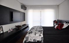 O quarto de Gabriel tem móveis e cabeceira na cor preta. No espaço, os troféus que ele conquistou na carreira têm lugar de destaque
