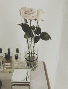 Boite retro, Flacons Chanel et vases en verre blanc.