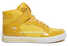 Sneaker Freaker presents the yellow Supra Vader, an upcoming shoe, of the well received footwear brand. Rightfully they note, that the brand seems to go against everybody elses philosophy. When everybody does colorful they do black and white and now that everybody else seems to find their way back to more subtle styles, Supra is giving their footwear some more.