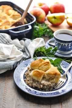 This Biscuits and Gravy Casserole is an easy breakfast recipe or satisfying brunch that's perfect for entertaining. With just 15 minutes of prep, you can serve biscuits and gravy to a crowd! Easy Breakfast Casserole Recipes, Breakfast Dishes, Brunch Recipes, Dinner Recipes, Brunch Ideas, Breakfast Ideas, Frozen Biscuits, Biscuits And Gravy Casserole, Southern Breakfast