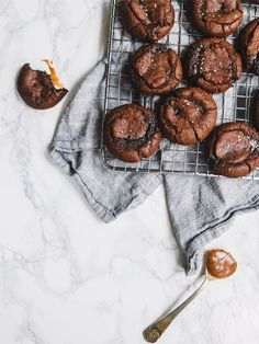 Five Approaches To Economize Transforming Your Kitchen Area Salted Caramel Filled Chocolate Cookies Petit Bakes Easy Cookie Recipes, Baking Recipes, Sweet Recipes, Dessert Recipes, Easy Recipes, Just Desserts, Delicious Desserts, Yummy Food, Easy No Bake Desserts